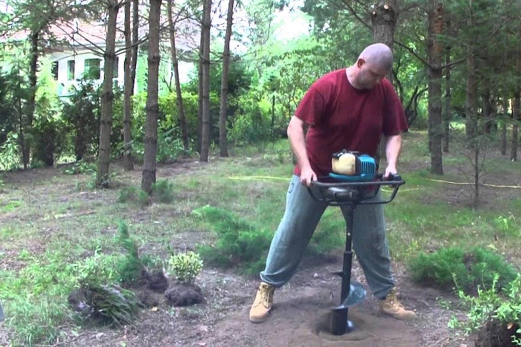 Kézi- és motoros lyukfúrás kertben